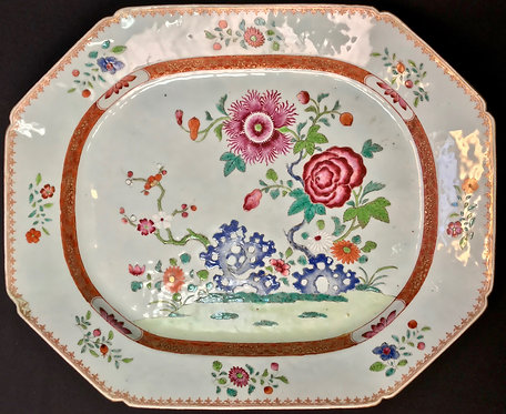 A CHINESE EXPORT PORCELAIN FAMILLE ROSE SHAPED OCTAGONAL TRAY