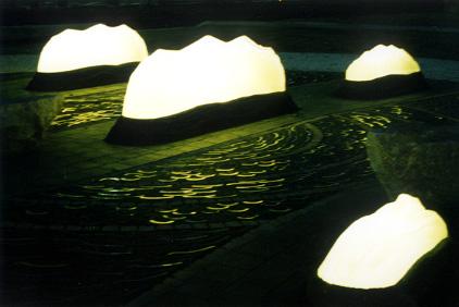 光の波間広場 夜