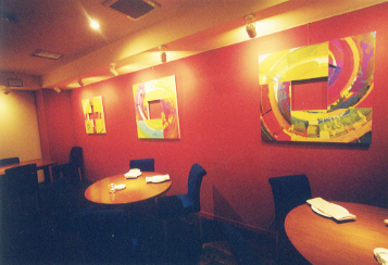 赤い壁のレストラン
