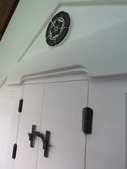 土蔵二階窓戸と家紋レリーフ