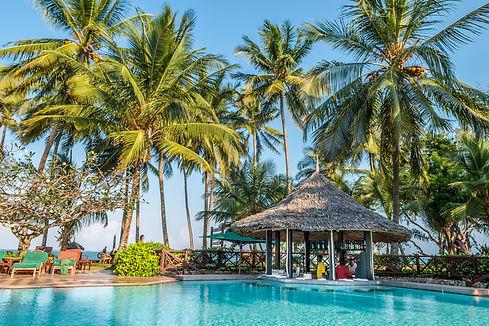 Mgeni Safaris_Serena Beach bar zwembad.j