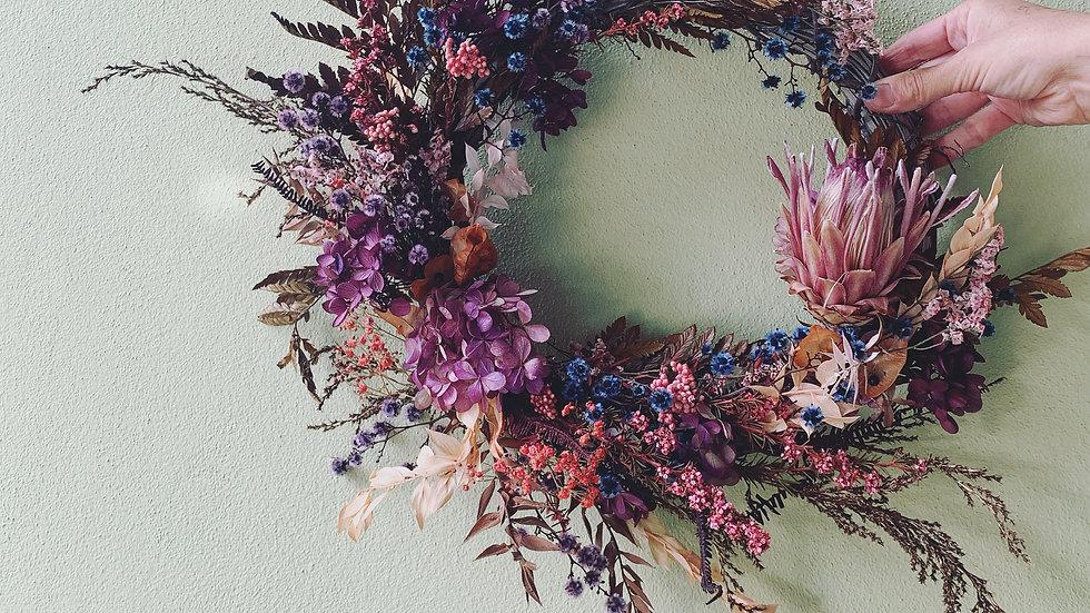 Everlasting wreath on natural base