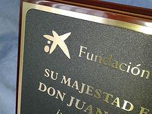 Placas para Homenajes, Regalo, Aniversarios.... Con fondos decorativos en Madera ó Metacrilato y estuche para su entrega. Grabadas en bajo ó alto relieve y esmaltadas en color.