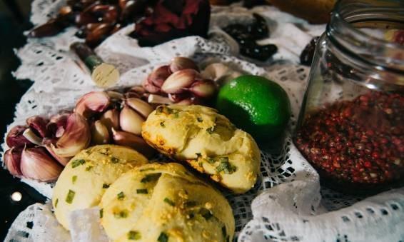 Receitas da Helena - Pãozinho de Pinhão com Alho e Açafrão.