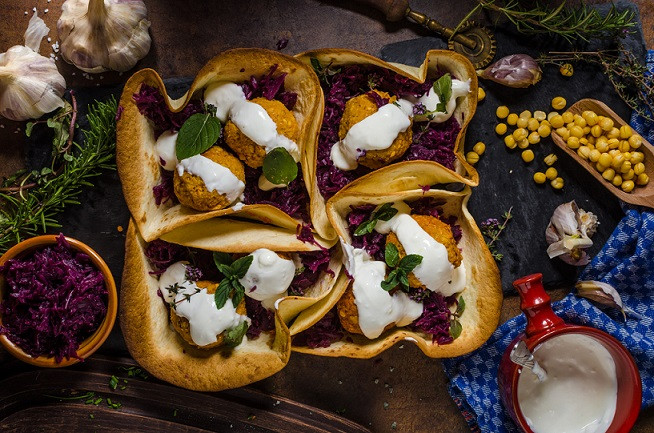 Receitas da Helena - Falafel de grão de bico, com pão-pita e repolho roxo.