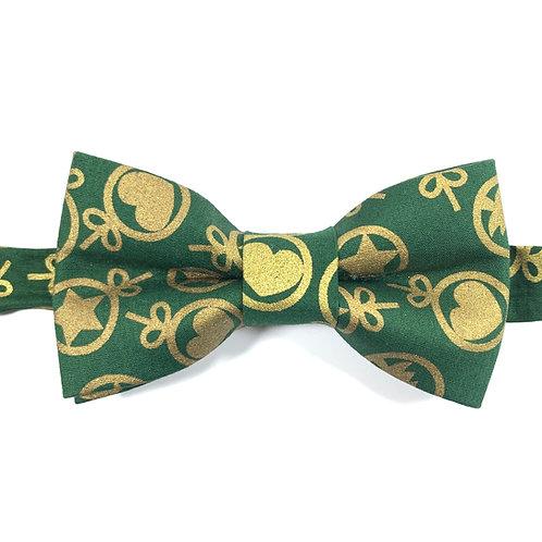 Noeud papillon vert aux motifs coeurs et étoiles ors.