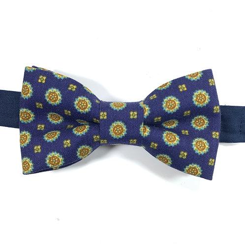 Noeud papillon bleu marine au motif fleurs stylisées blanches rouges et jaunes.