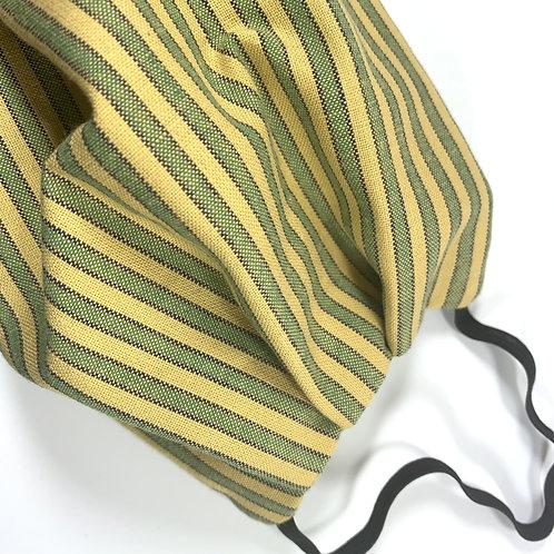 D'un coté rayures vertes, beiges, noires et de l'autre rayures fines vertes, beiges, noires.