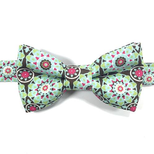 Noeud papillon vert rose avec motifs de fleurs stylisées