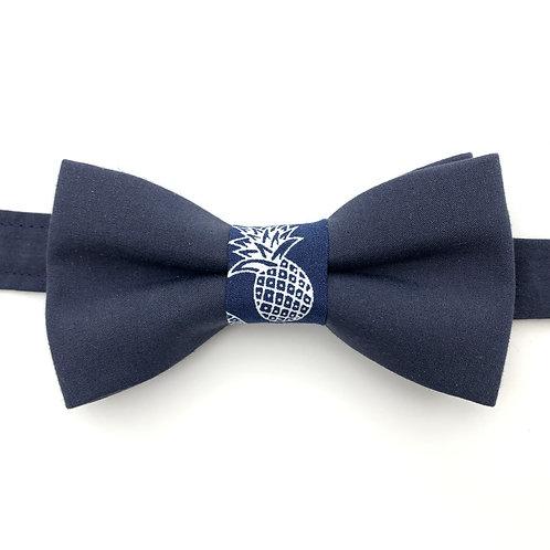 Noeud papillon bleu marine avec noeud aux motif ananas blanc