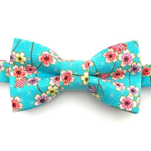 Noeud papillon turquoise aux motifs de petites fleurs roses