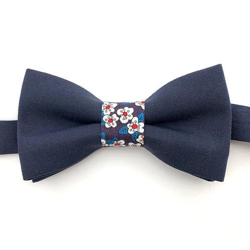 Noeud papillon bleu marine avec noeud aux motifs petites fleurs blanches