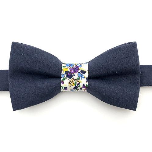 Noeud papillon bleu marine avec noeud aux motifs  de petites fleurs violettes
