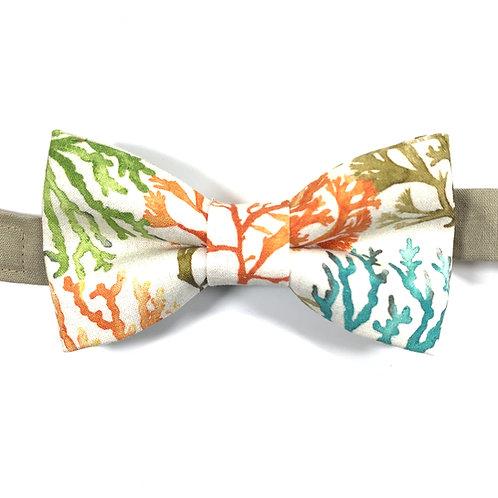Noeud papillon blanc avec motifs d'algues colorées oranges, vertes et turquoises.