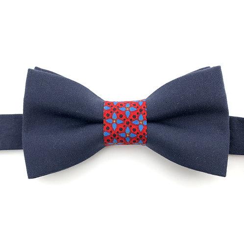 Noeud papillon bleu marine avec noeud aux motifs de fleurs bleu sur fond rouge