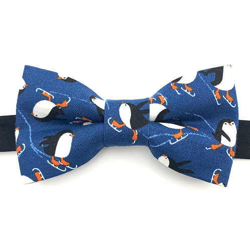 Noeud papillon bleu aux motifs de  pingouins