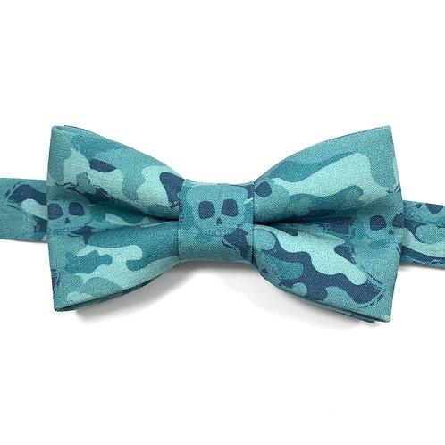 Noeud papillon bleu aux motifs camouflage et têtes de mort