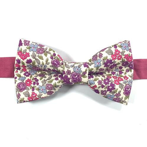 Noeud papillon crême avec motifs de fleurs roses et violettes.