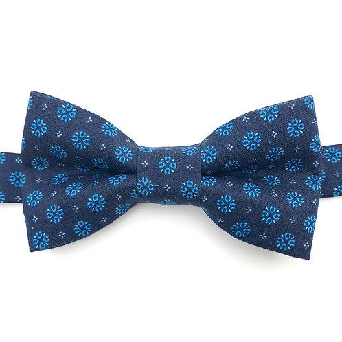 Noeud papillon bleu aux motifs de fleurs bleues