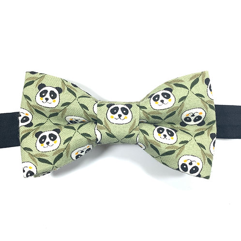Noeud papillon vert  avec motifs têtes de pandas et bambou.