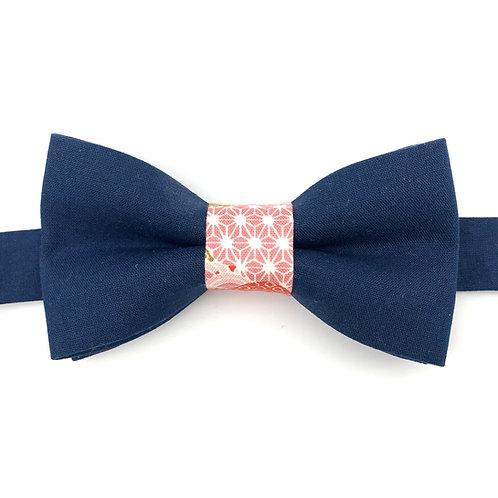 Noeud papillon bleu marine avec noeud aux motifs roses