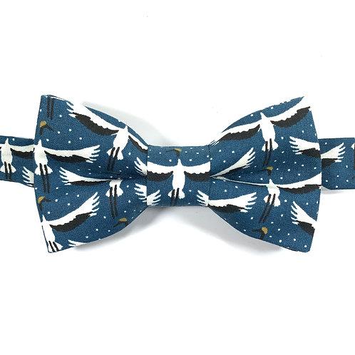 Noeud papillon bleu aux motifs grues blanches et noires.