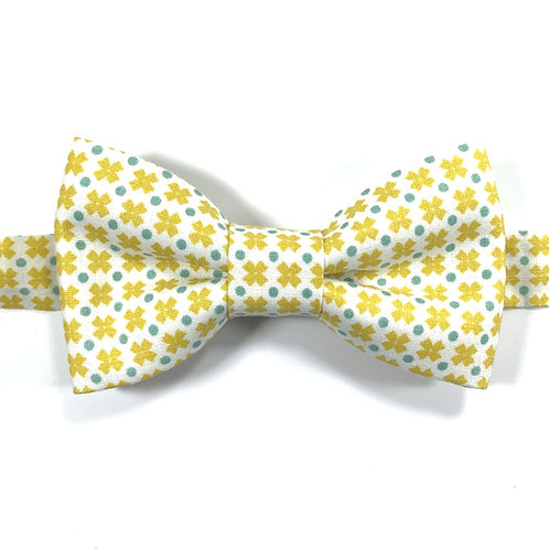 Noeud papillon blanc avec motifs de petites croix jaunes et pois gris bleu.