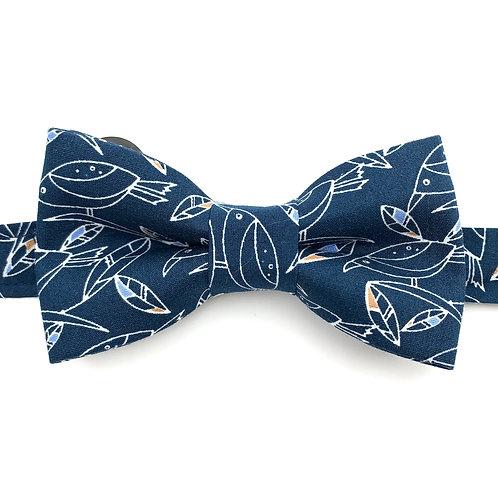 Noeud papillon au motif d'oiseaux sur fond bleu