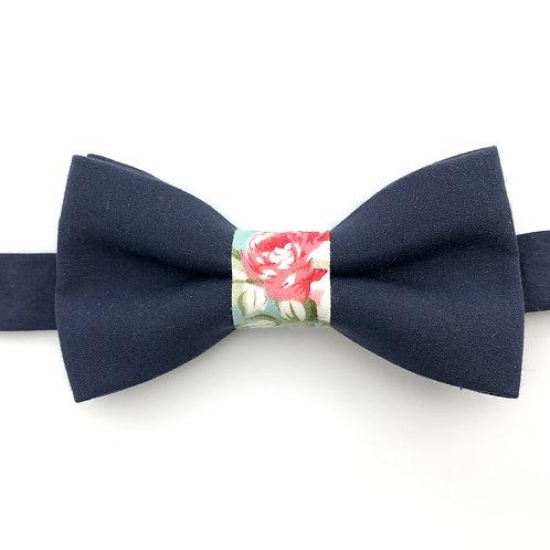 Noeud papillon bleu marine avec noeud aux motifs de roses