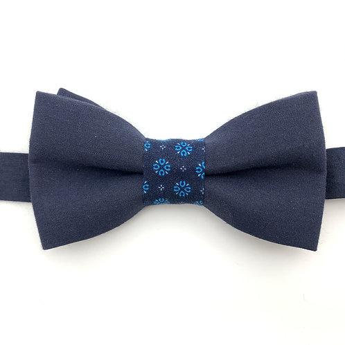 Noeud papillon bleu marine avec noeud aux motifs de fleurs bleues