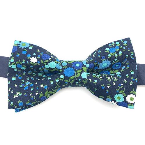 Noeud papillon bleu marine aux motifs de fleurs bleues