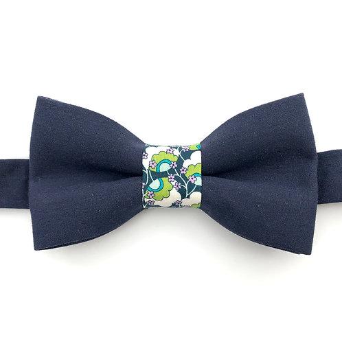 Noeud papillon bleu marine avec noeud aux motifs  de petites fleurs