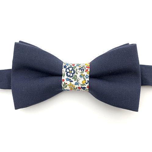 Noeud papillon bleu marine avec noeud aux motifs  de petites fleurs multicolors