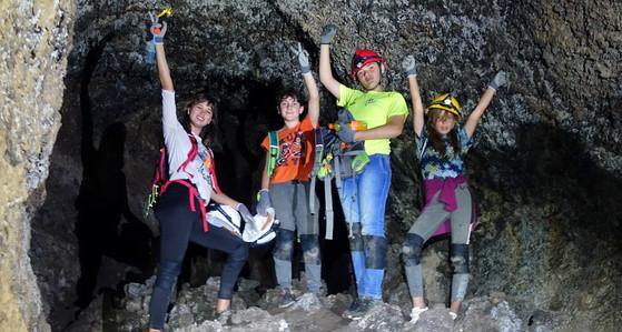 Excursión en la cueva de lava