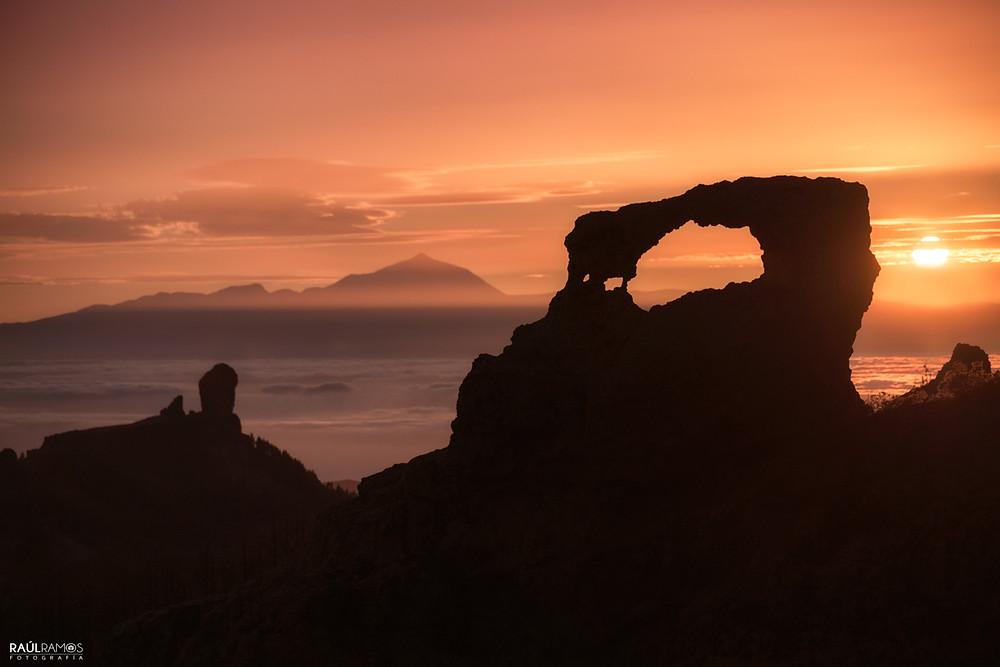 Un lugar un poco limitado, pero con una buena puesta de sol casi asegurada , un lugar en el que podemos ver tres iconos de las Islas Canarias