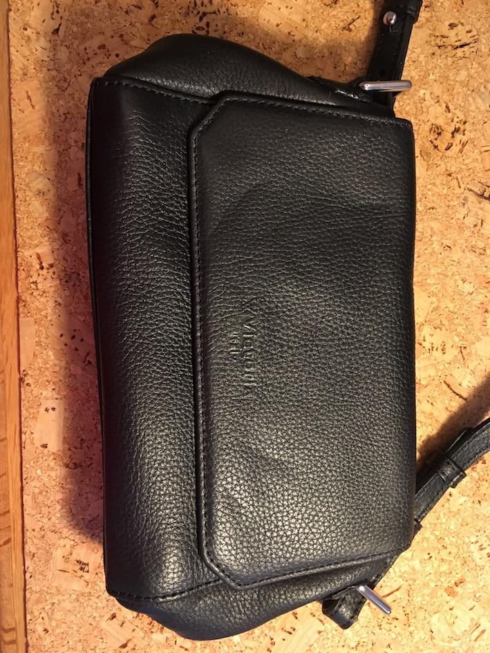 Sort lædertaske med mug skjolder efter behandling med æteriske olier