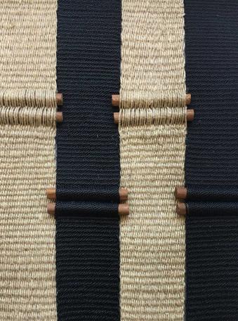 Detalle de un textil de la serie de textiles en pequeño formato en el que trabaja Andrea actualmente