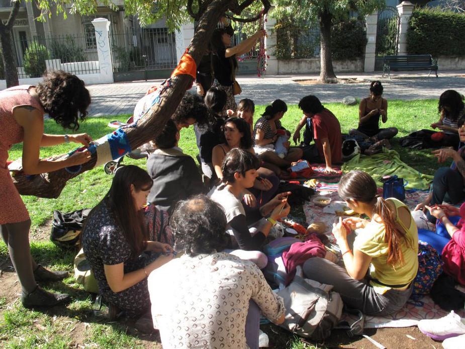 Reuniones abiertas desde el hacer textil en el espacio público, Santiago, Chile