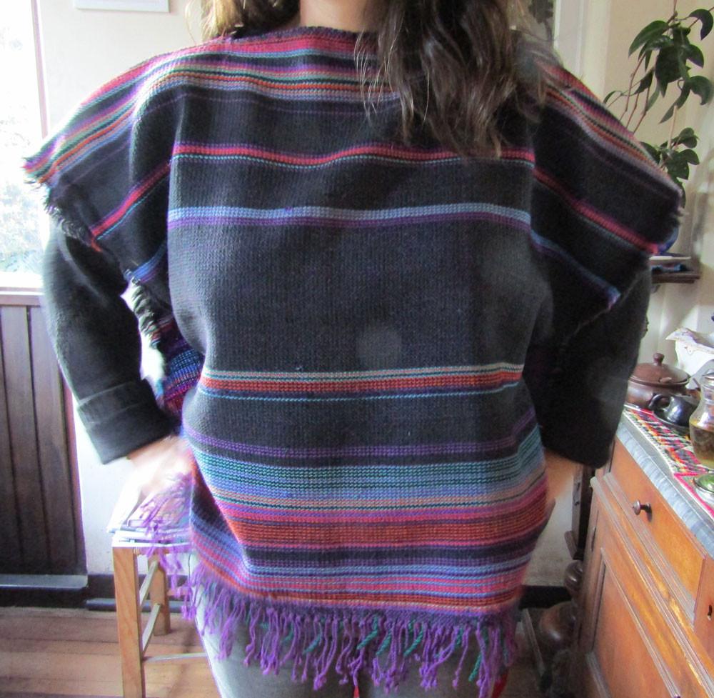 Poncho tejido a mediados de la década del 60