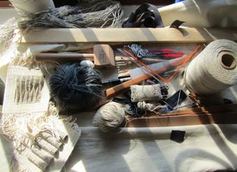 Linos, muestras de tejido y implementos de trabajo en el taller de Paola