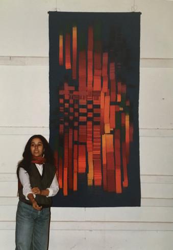 Paola Moreno junto al tapiz que hizo como comisión para el colegio Verbo Divino