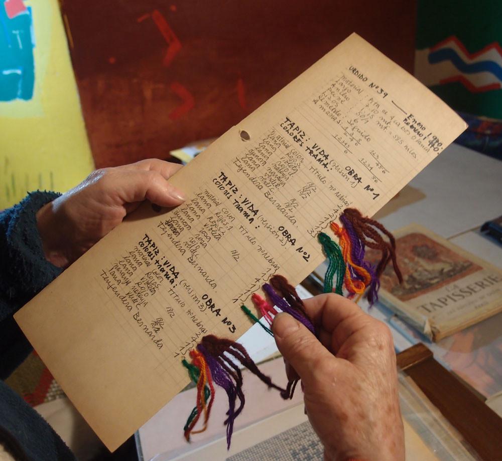Selección de hilados y cartas de colores para varios tejidos antiguos