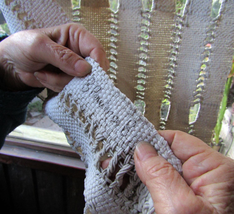 Firma bordada en el reverso de una cortina