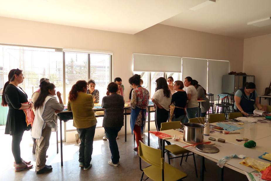 Grupo participante en curso de Arte Textil en la comuna de Til Til, región Metropolitana, Chile