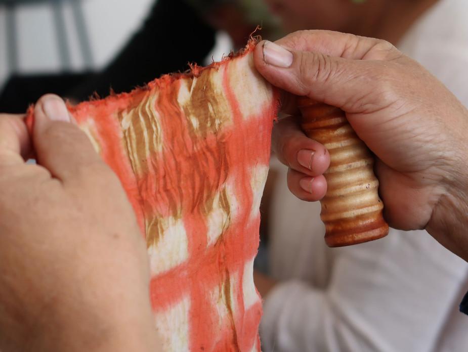 Detalle de ejercicio en curso de Arte Textil en la comuna de Til Til, región Metropolitana, Chile
