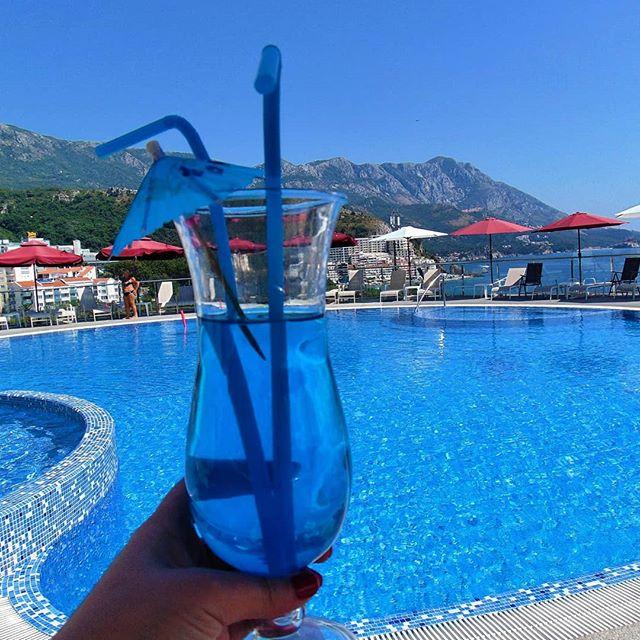 На территории нашего апарт-отеля _Belvedere Residence_ есть открытый бассейн, с площадью зеркала вод