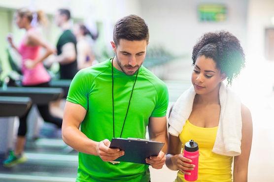 o treino de musculação é indicado tanto para quem deseja fortalecimento e hipertrofia quanto para quem deseja emagrecer