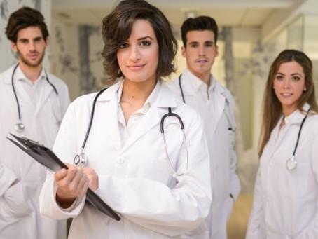 Para enfrentar a covid-19, o Brasil conta com 422 mil médicos com menos de 60 anos em atividade