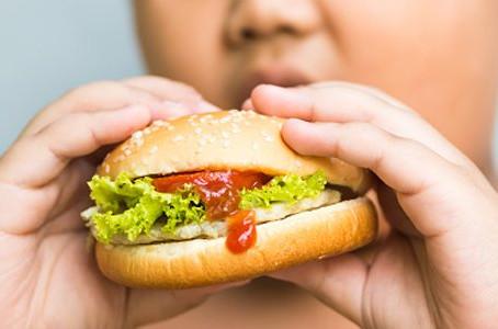 CFM apoia monitoramento da norma de comercialização de alimentos infantis para proteger as crianças