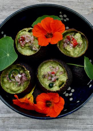 Koude pittige Avocadosoep met jonge spinazie, ingelegde Jalapeno en rode Linzen
